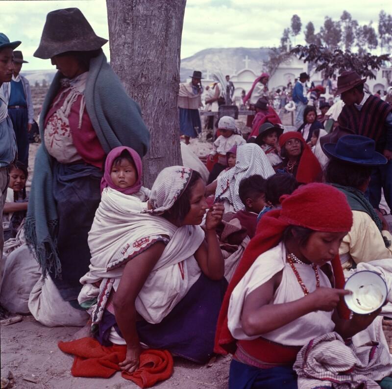 Lagernde Menschen am Friedhof, Ecuador