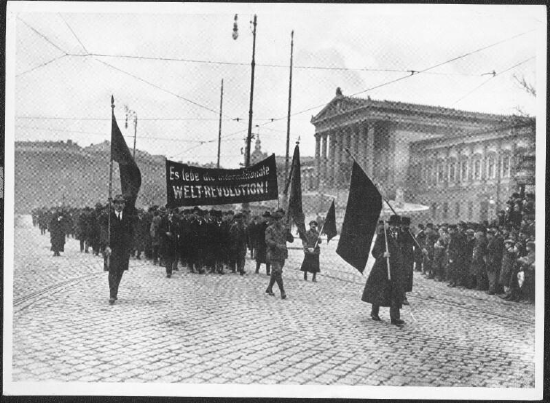 Aufmarsch der Arbeiterräte vor dem Parlament