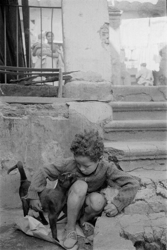 Kind in Elendsquartier in Montevideo, Uruguay