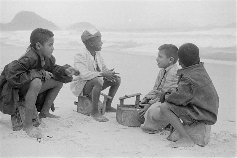 Junge Schuhputzer am Strand von Copacabana, Brasilien