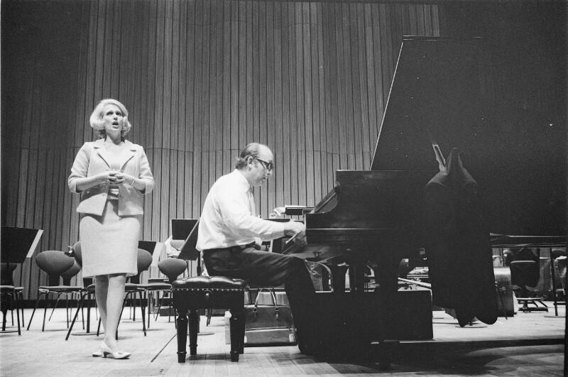 Friedrich Gulda mit Sängerin