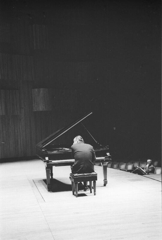 Friedrich Gulda bei einer Konzertprobe