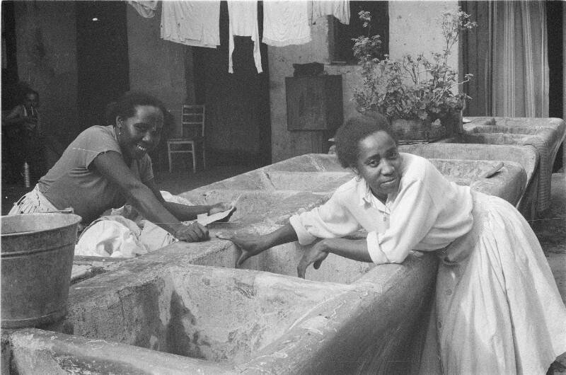 Wäschewaschen in einem Elendsquartier in Uruguay