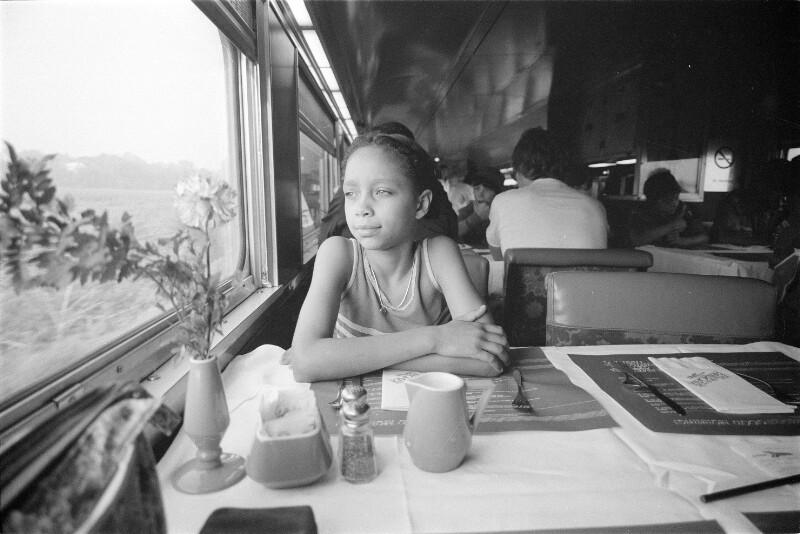 Mädchen im Speisewagen eines Zuges