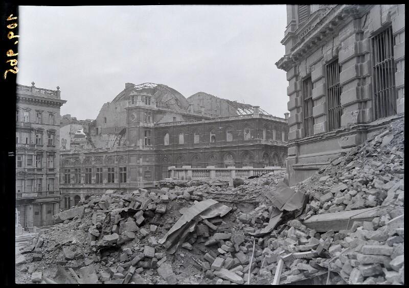 Blick über zerstörte Rampe der Albertina auf Oper
