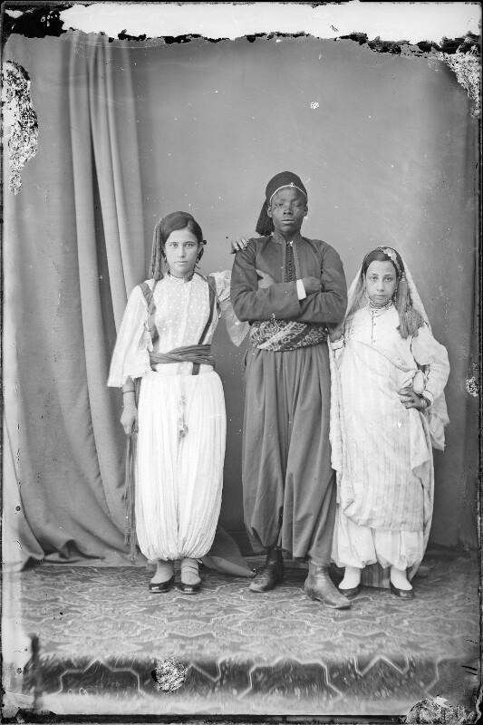 Schwarzafrikaner mit zwei hellhäutigeren Frauen