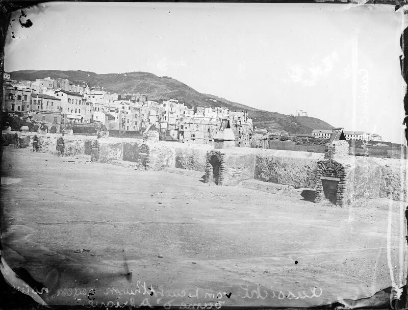 Blick auf Hafenanlage und Stadt von Algier