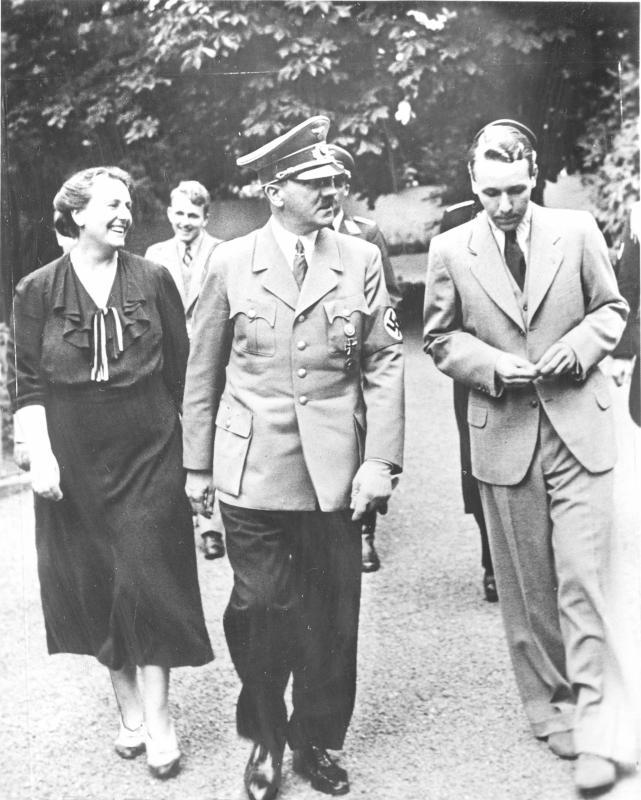 """Winifred und Wieland Wagner mit Adolf Hitler im Garten des Hauses """"Wahnfried"""", 23.7.1938©Bildarchiv Austria, ÖNB"""