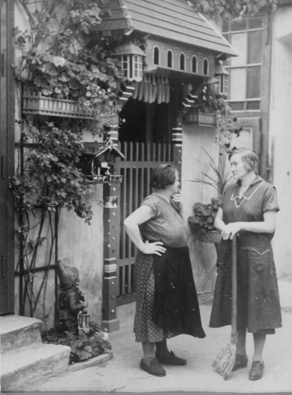 Zwei Hausbesorgerinnen