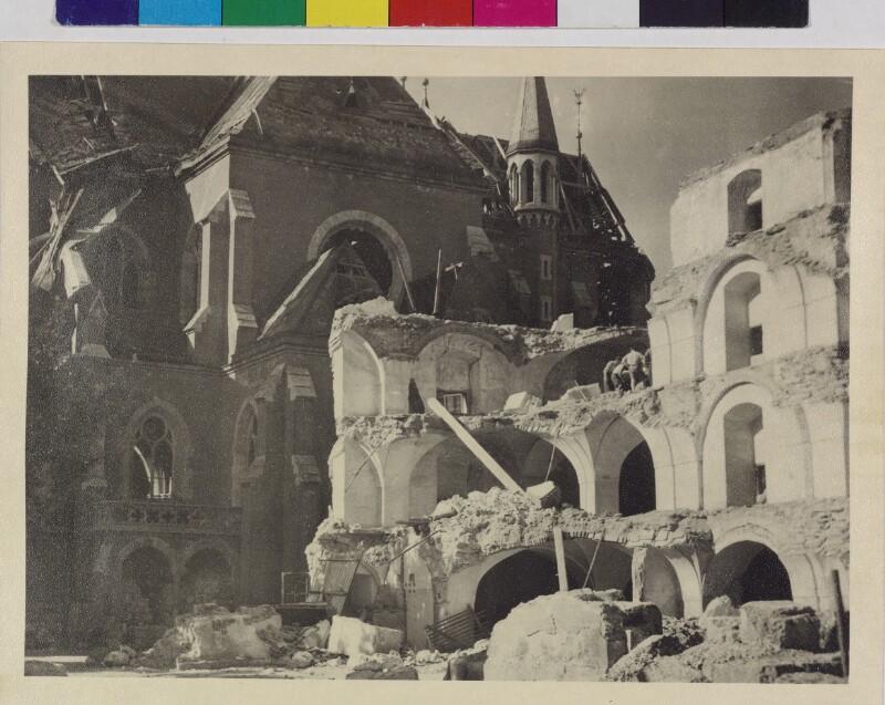 Kriegszerstörtes Schrannengebäude und Andräkirche