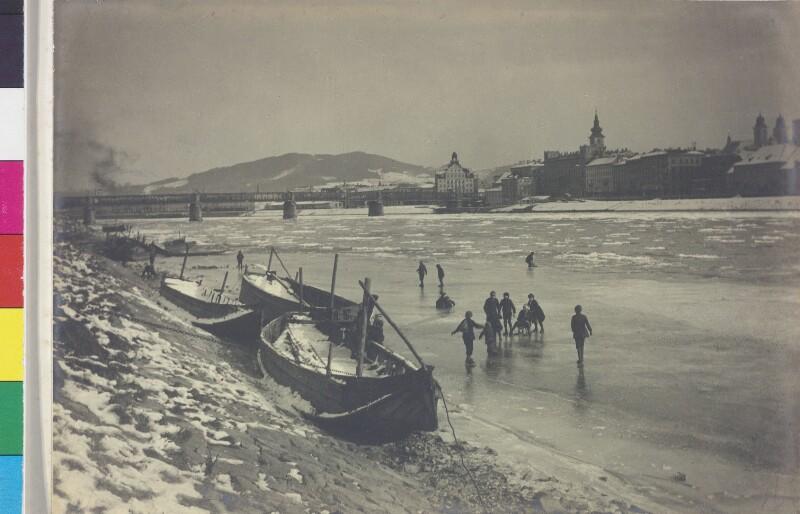 Spielende Kinder auf der geforenen Donau in Linz