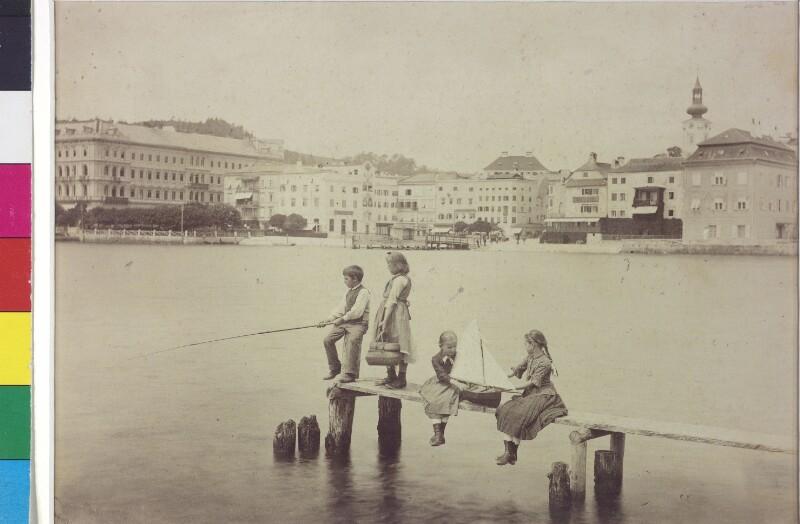 Spielende Kinder am Steg in Gmunden