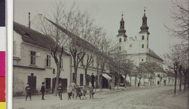 Hauptstraße und Wallfahrtskirche in Maria Lanzendorf