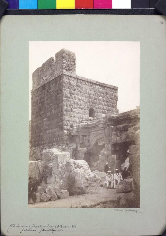 Antiker Torbau und Turm in Antalya