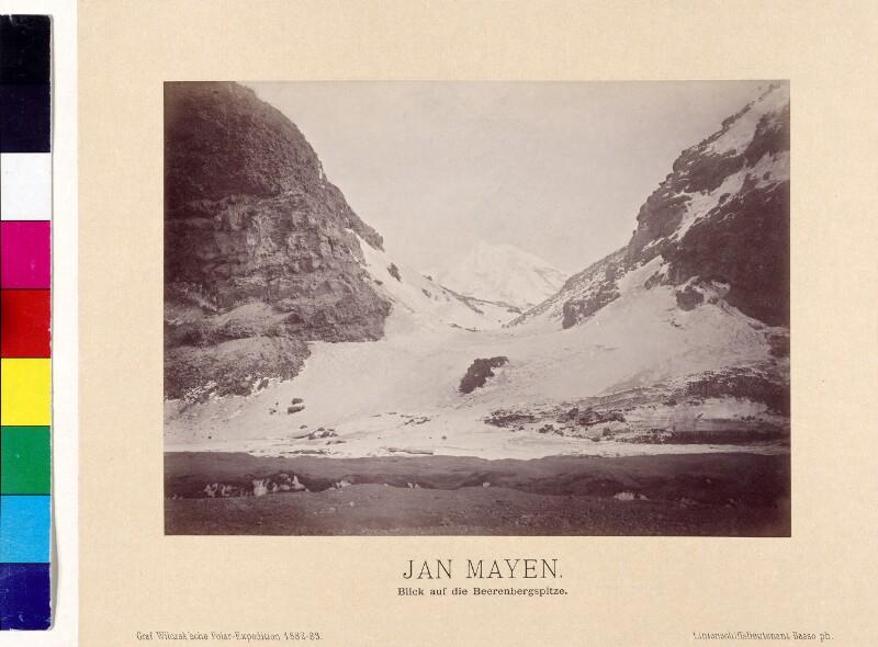 Hügellandschaft mit Blick auf Beerenberg auf der Insel Jan Mayen