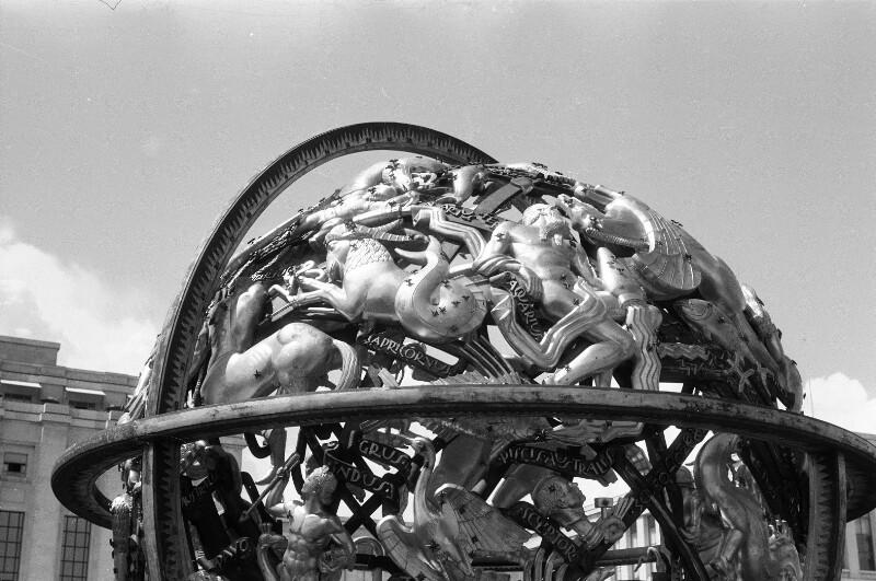 Kugelförmige Bronzeplastik das Weltall symbolisierend