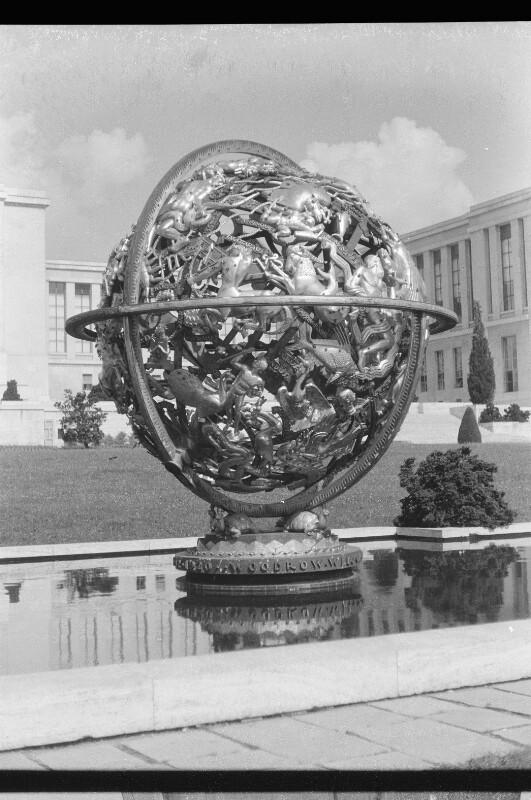 Kugelförmige Bronzeplastik im Wasserbecken das Weltall symbolisierend