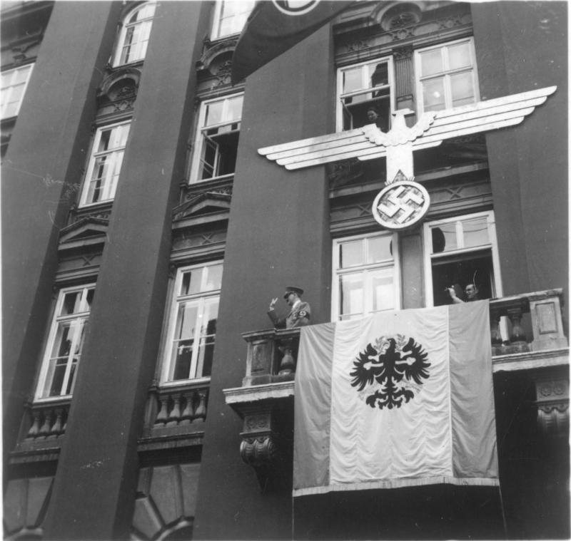 Hitler am Balkon im Tirolerhof in Innsbruck
