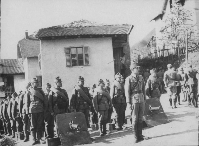 Inspizierung der 43. Invanterietruppendivision in Südtirol durch Hermann Baron Kövess-Kövesshaza