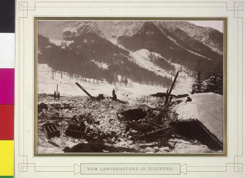 Durch Lawine zerstörte Häuser in Bleiberg