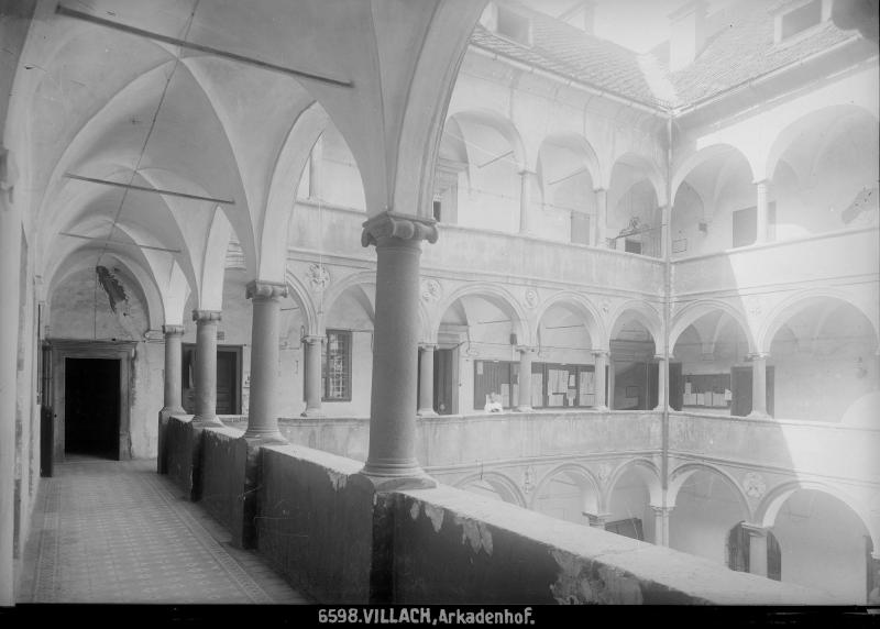 Arkadenhof des Rathauses von Villach