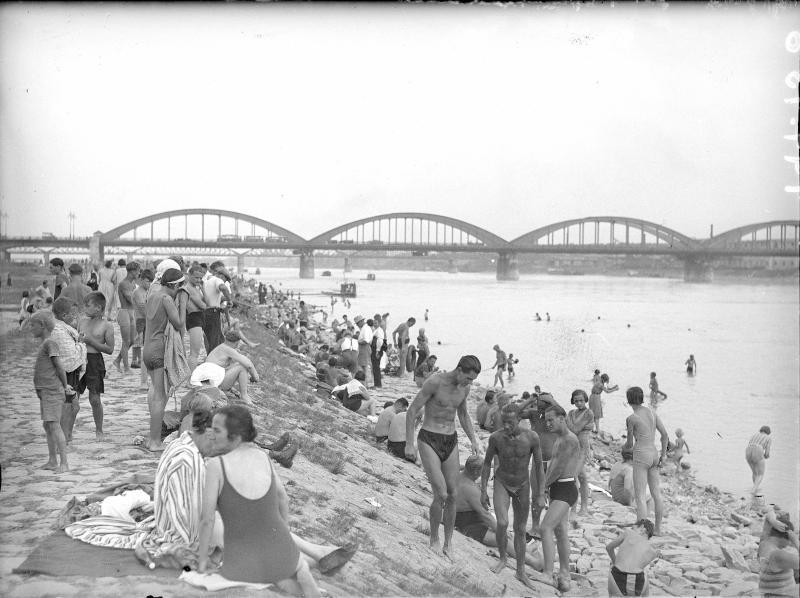 Badegäste an der Donau