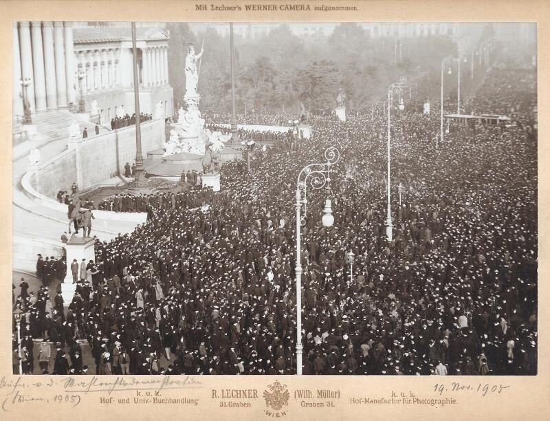 Wahlrechtsdemonstration vor dem Parlament in Wien