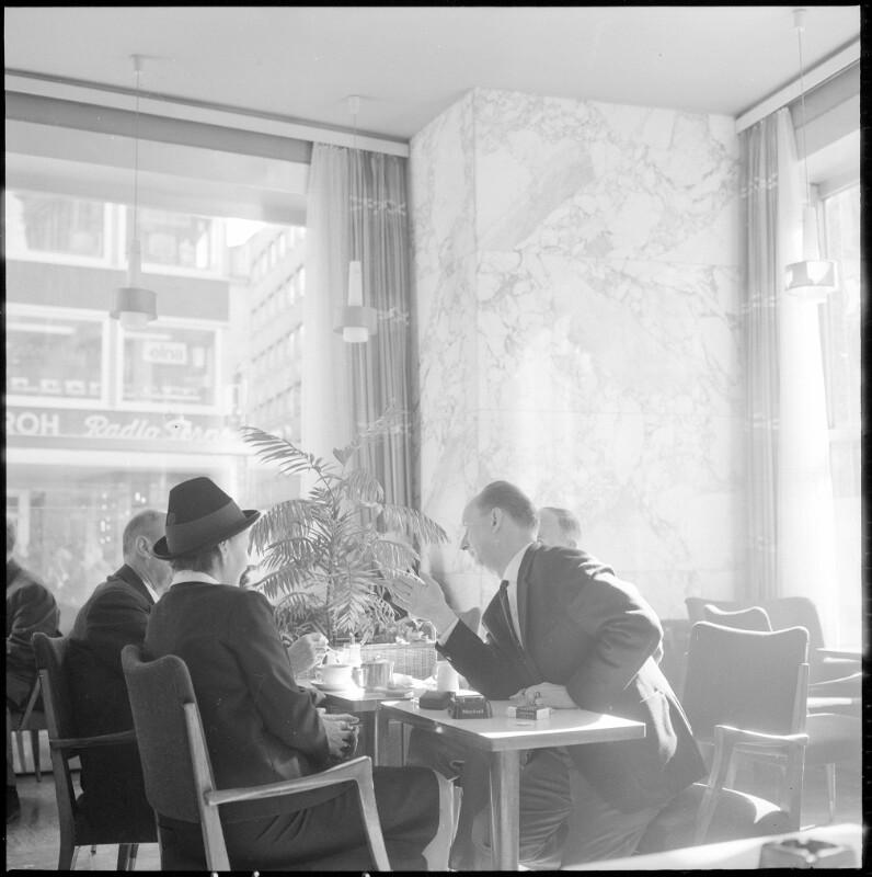Gäste in einem Wiener Kaffeehaus