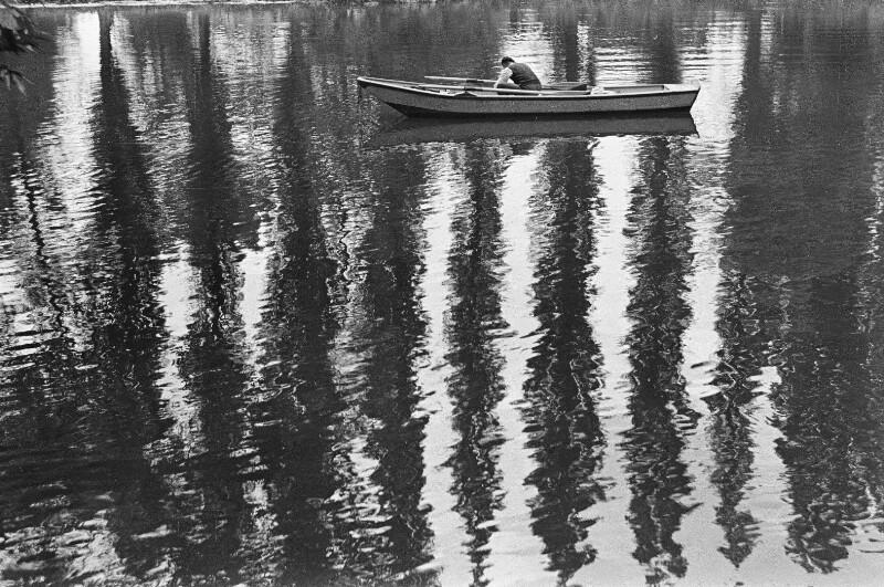 Mann im Kahn am Fluß Loir
