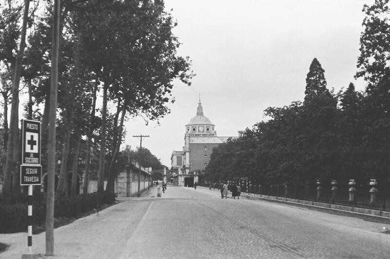 Zum Palacio Real führende breite Straße.