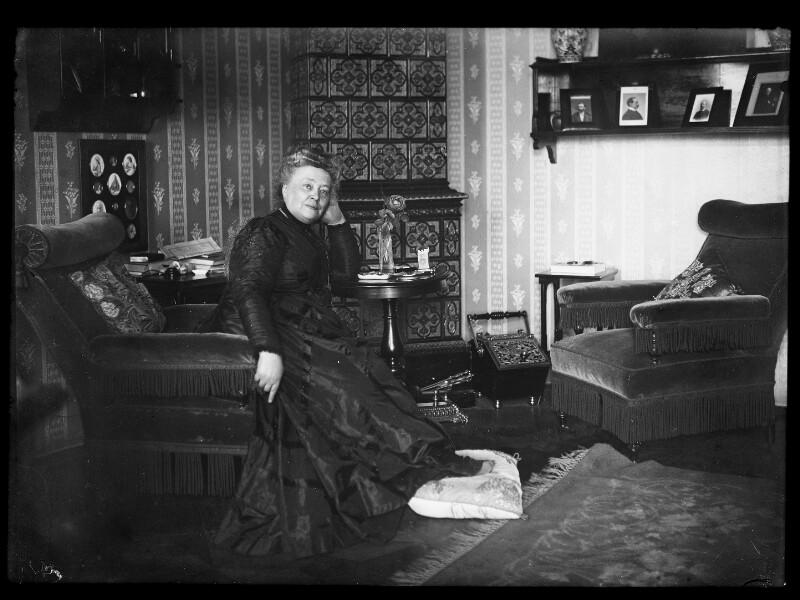 Bertha von Suttner in ihrer Wohnung