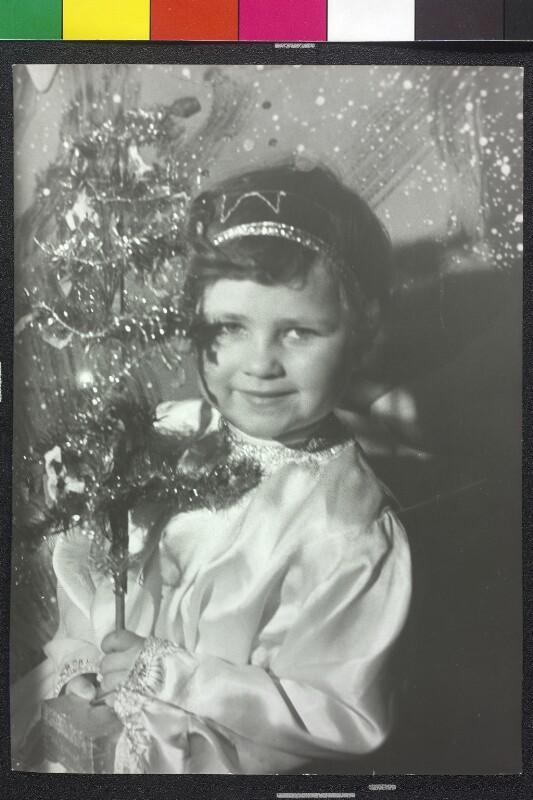 Als Christkind verkleidetes Mädchen