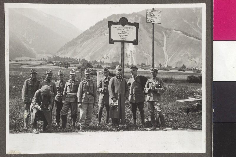 Die Kriegsberichterstatter und Begleiter von Alice Schalek an der schweizerisch-österreichischen Grenze im Münstertal bei Taufers, 1915