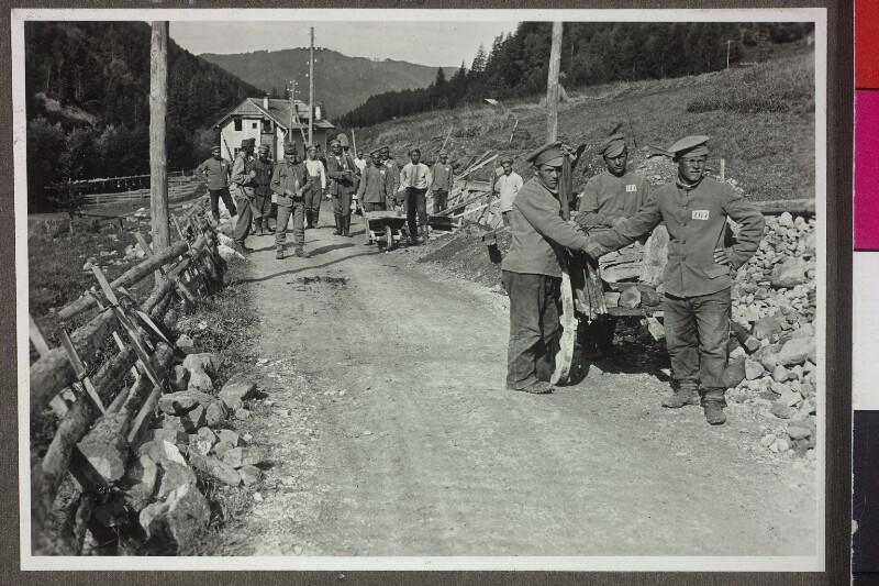Russische Kriegsgefangene bei Straßeninstandsetzungsarbeiten