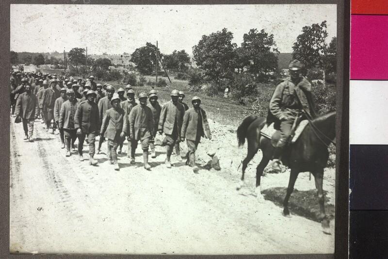 Italienische Gefangene auf dem Marsch