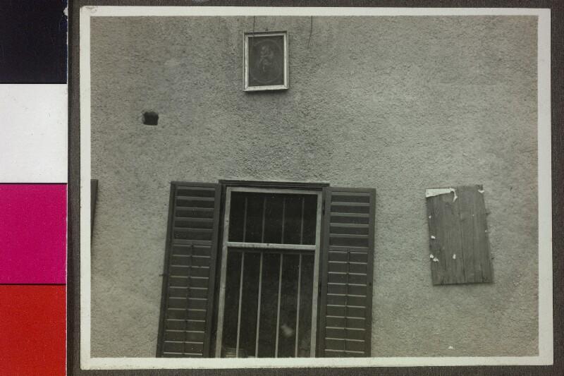 Aufnahme eines Hauses in Südtirol, das Foto ist möglicherweise nur aus ästhetischen Gründen aufgenommen worden, um verschiedenste Vierecke auf möglichst knappen Raum zu dokumentieren
