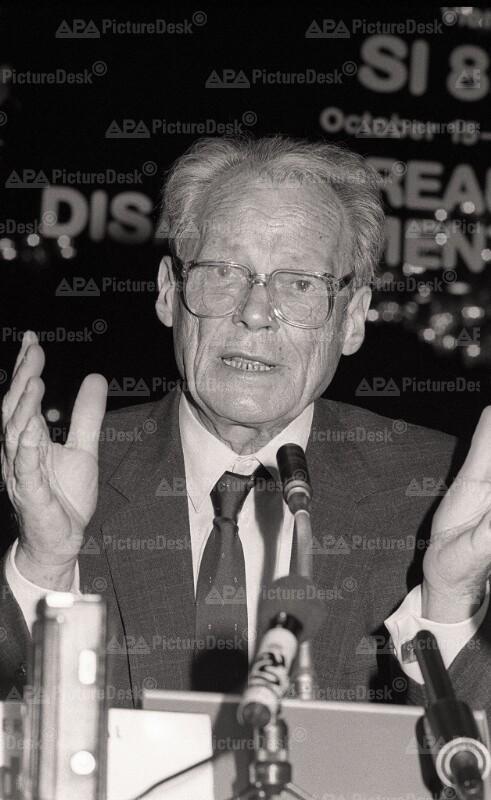 Willy Brandt auf der Tagung der Sozialistischen Internationale in Wien