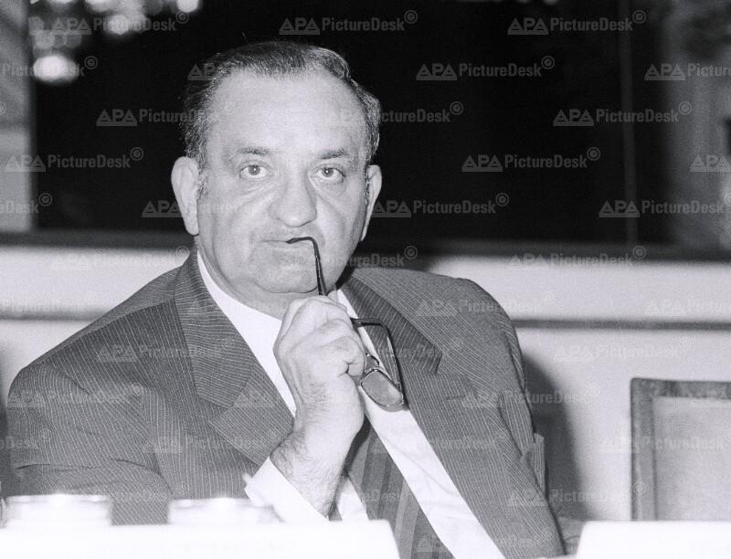 Fred Sinowatz auf der Tagung der Sozialistischen Internationale in Wien
