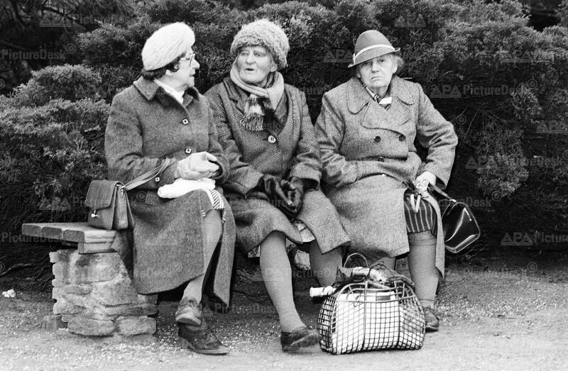 Ältere Frauen bei der Beisetzung von Heinz Conrads