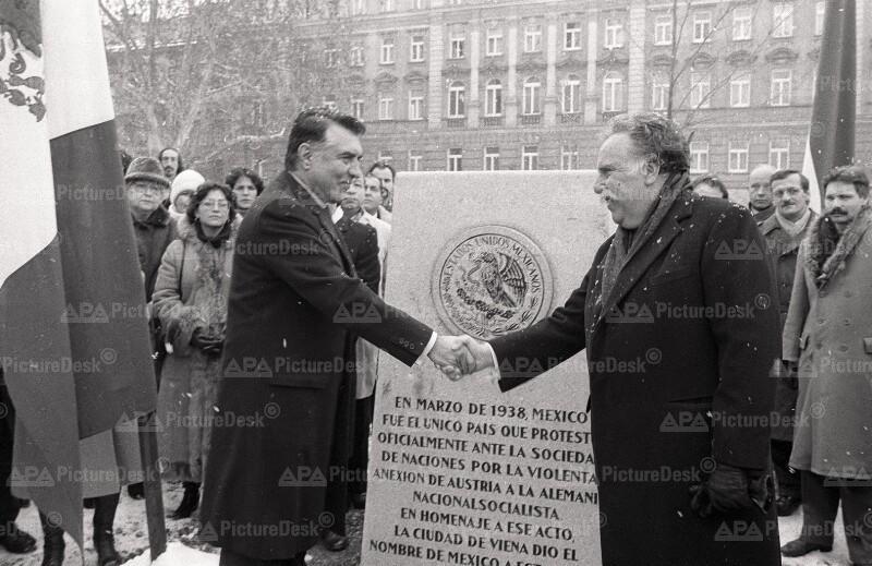 Helmut Zilk und Rosenzweig-Diaz enthüllen Gedenktafel