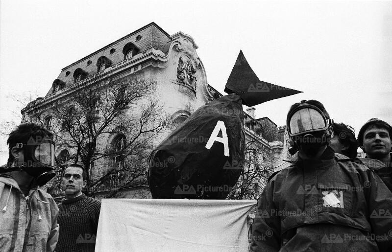 """Greenpeace überreicht der französischen Botschaft ein """"Atomgeschenk"""""""