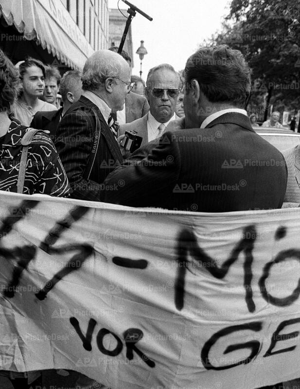 Demonstration gegen Martin Bartesch