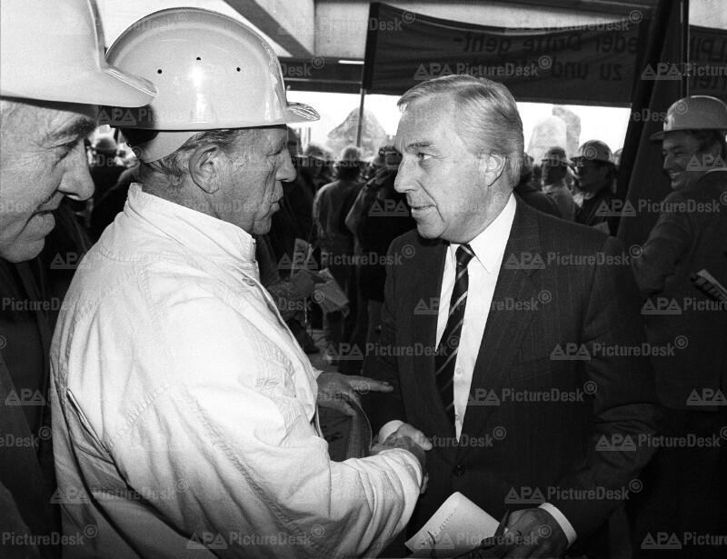 Alfred Dallinger und Arbeiter auf dem SPÖ-Parteitag 1987
