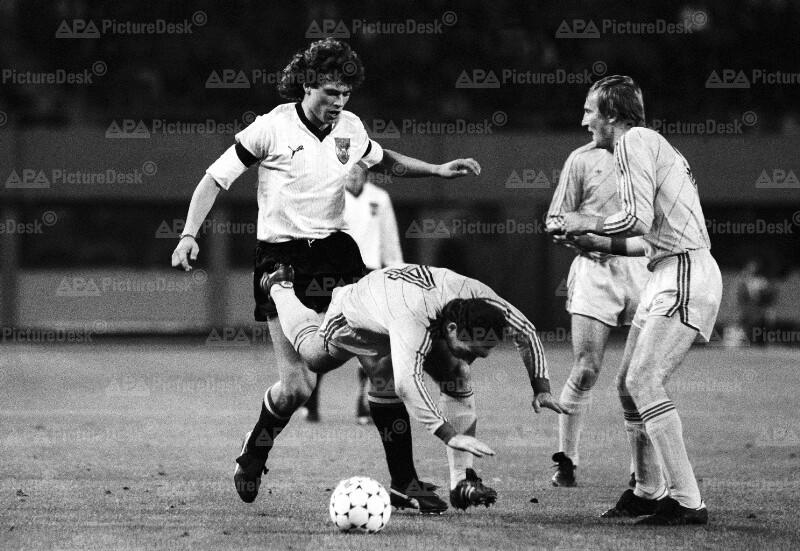 Fußball EM-Qualifikationsspiel Österreich vs. Rumänien - Toni Polster u. Adrian Bumbescu