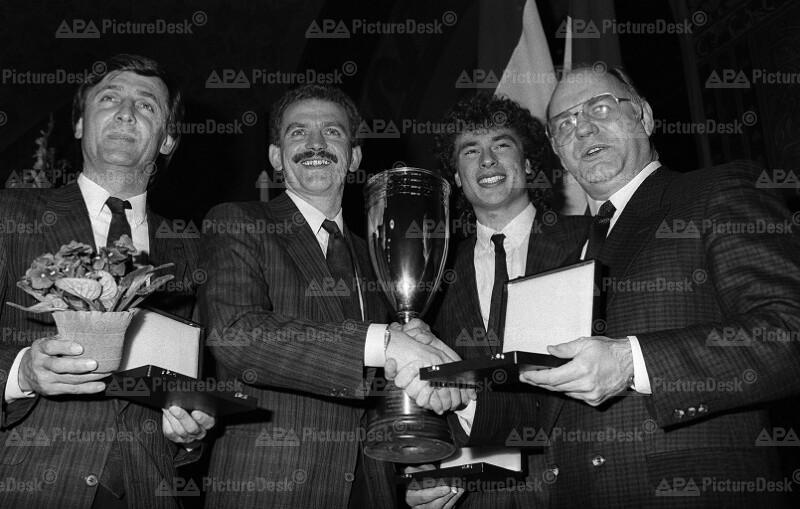 Franz Mrkvicka überreicht Austria Wien einen Pokal