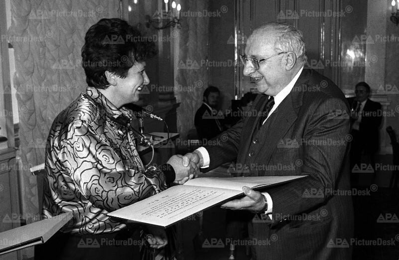 Unterrichtsministerin Hilde Hawlicek und der Schriftsteller Giorgio Manganelli