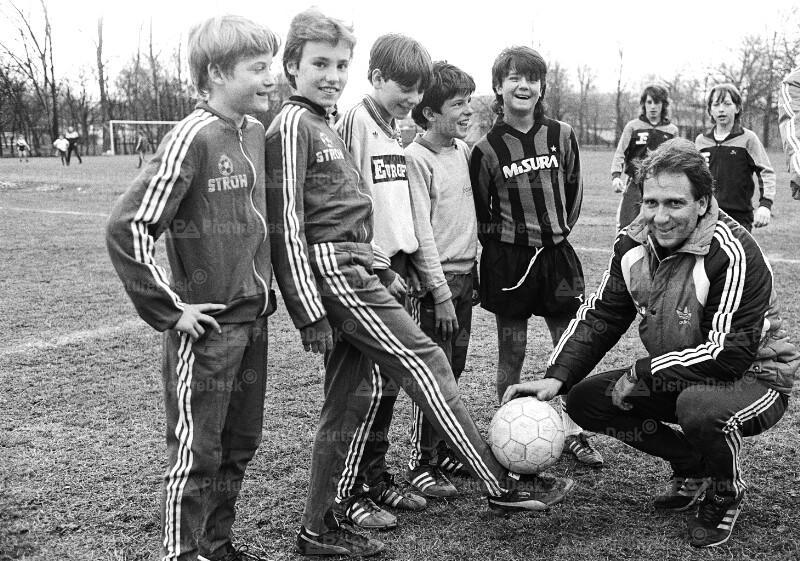 Fußball-Trainer Tibor Nyilasi trainiert mit Schülermannschaft