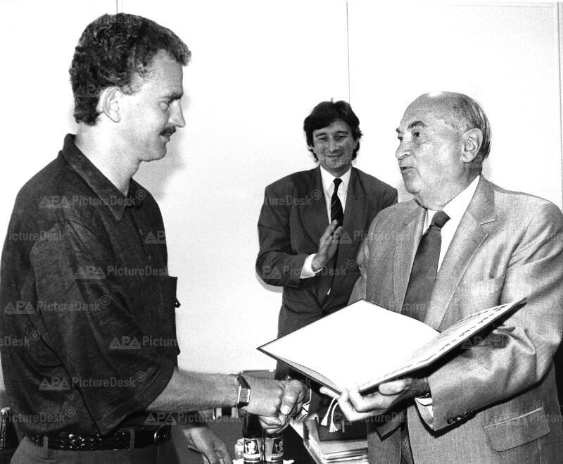 Anton Benya ehrt Herbert Prohaska