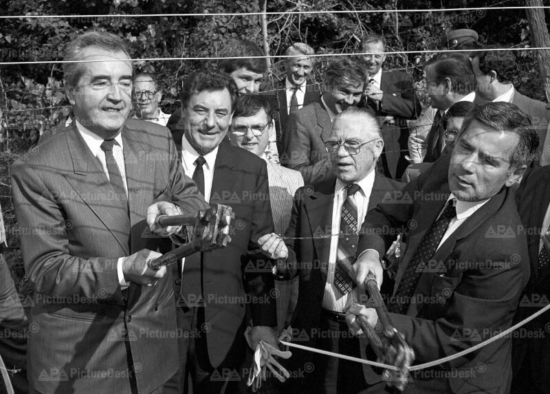 Alois Mock und Gyula Horn durchtrennen den Eisernen Vorhang