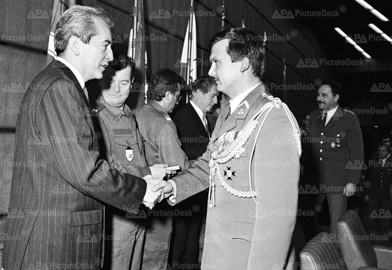 Alois Mock übergibt Erinnerungsmedaillen an UNO-Friedenskontingente